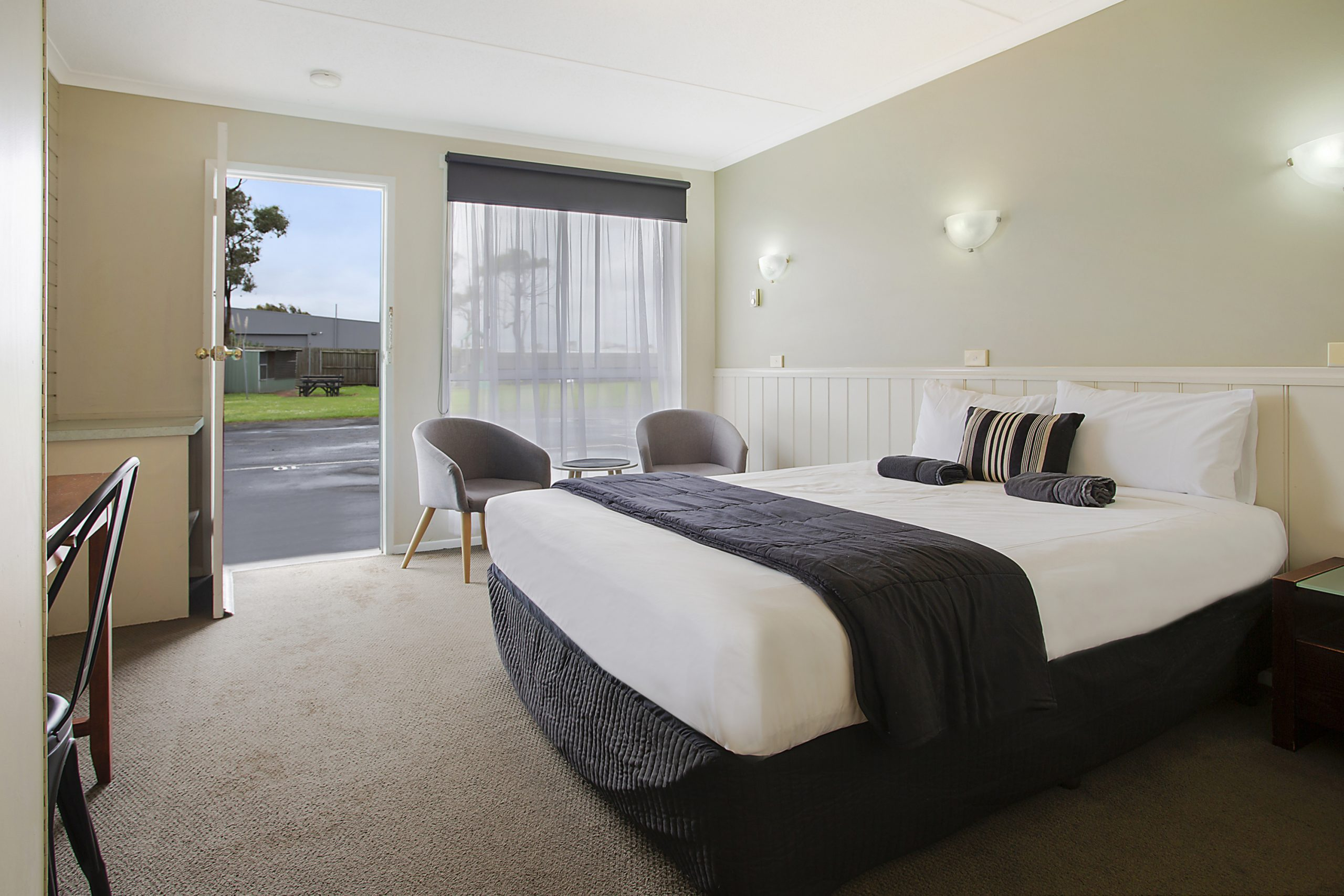 Book our Queen Room in Warrnambool